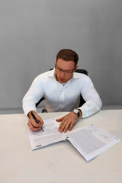 Signing-Bw-Color-Blur
